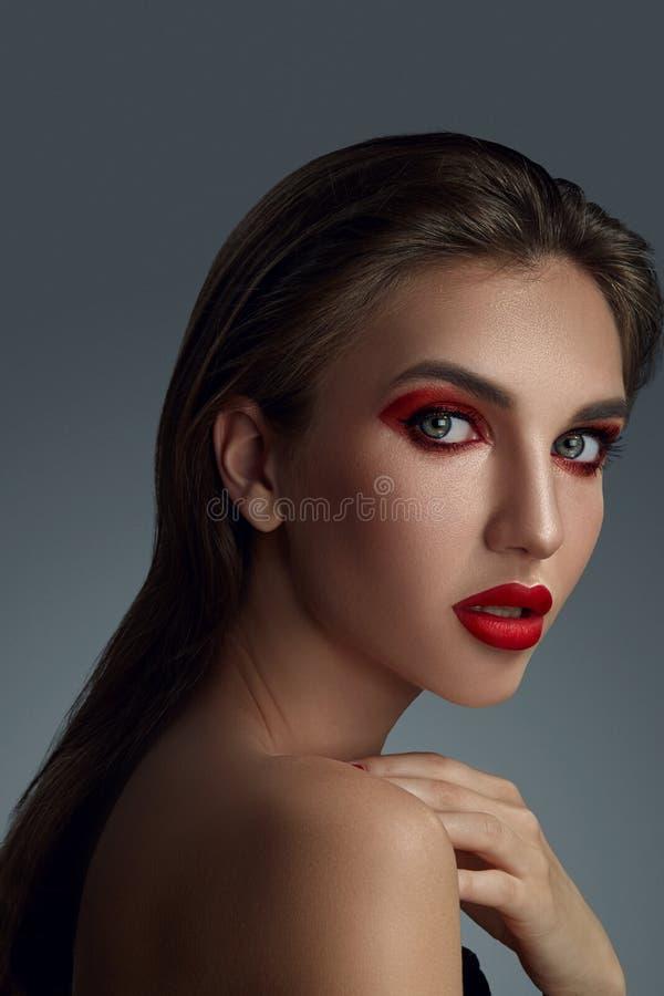 Портрет конца-вверх красивой фотомодели с профессиональным макияжем стоковые изображения rf
