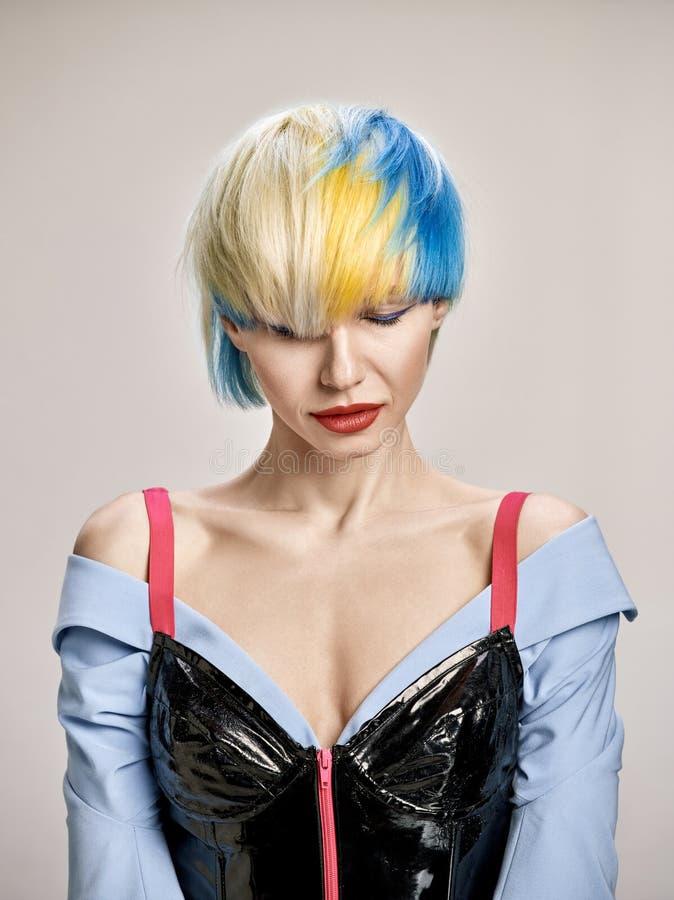 Портрет конца-вверх крытый симпатичной девушки с белокурыми волосами Студия сняла грациозно молодой женщины с короткой стрижкой стоковые фотографии rf