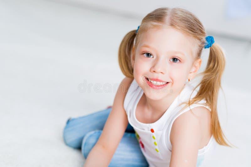 Портрет конца-вверх милой девушки стоковая фотография rf