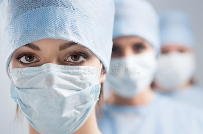 Портрет конца-вверх молодого женского доктора хирурга стоковые фотографии rf