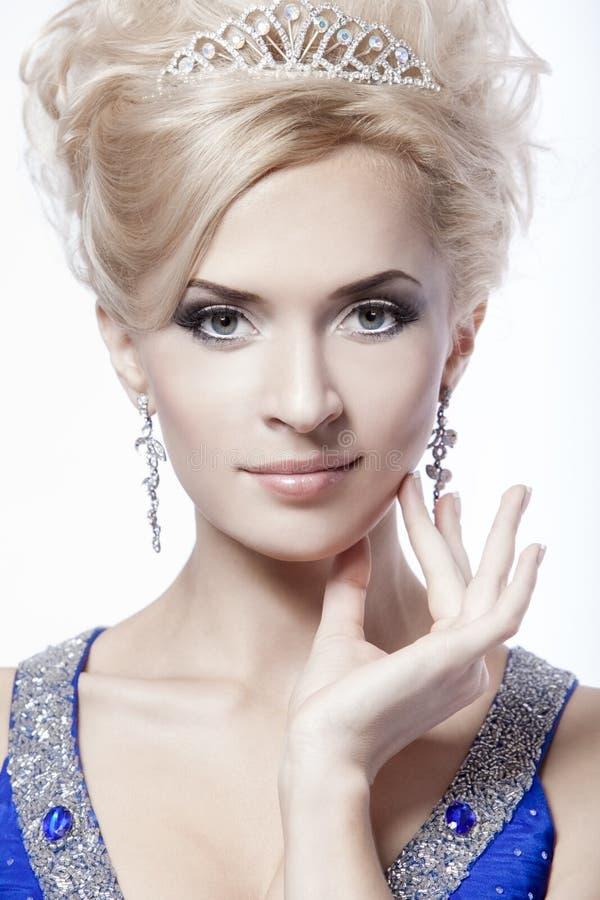 Портрет конца-вверх молодой красивой женщины стоковые фото