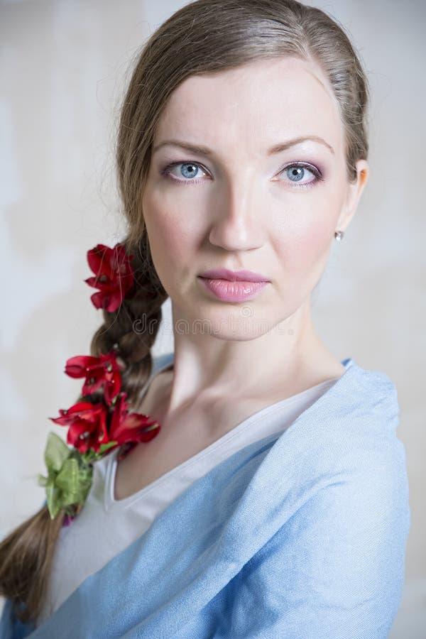 Портрет конца-вверх молодой красивой стильной женщины с шикарной красной весной цветет стоковые изображения