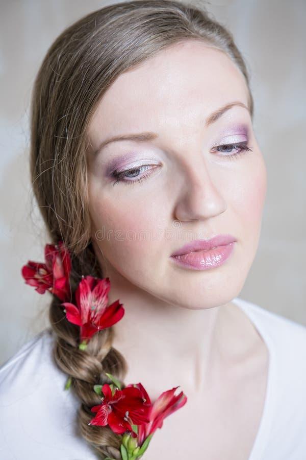 Портрет конца-вверх молодой красивой стильной женщины с шикарной красной весной цветет стоковая фотография