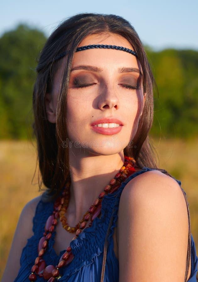 Портрет конца-вверх на открытом воздухе прекрасной молодой девушки boho с закрытыми глазами стоковое фото rf