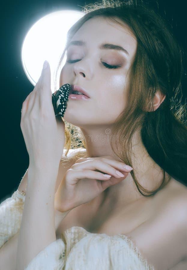 Портрет конца-вверх рыжеволосой девушки в backlight с бабочкой на ее руке Винтажная принцесса Абстрактные предпосылки фантазии с  стоковые изображения rf