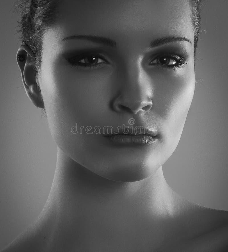 Портрет Конца-вверх светотеневой красивейшей стильной девушки стоковые изображения