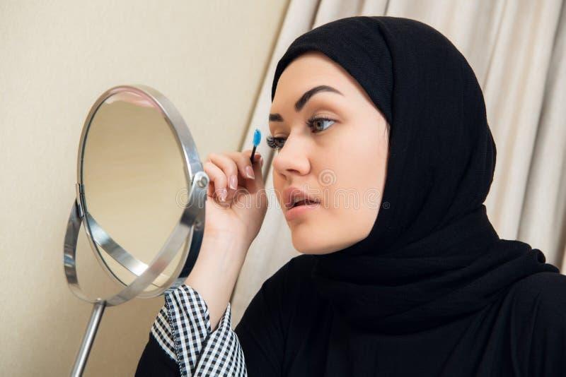 Портрет конца-вверх состава очаровательной мусульманской женщины нося смотрите на стоковое фото rf