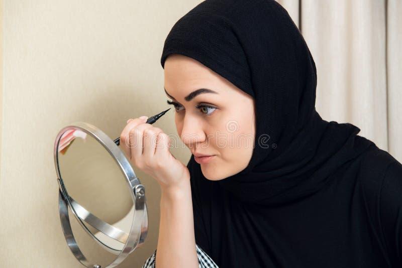 Портрет конца-вверх состава очаровательной мусульманской женщины нося смотрите на стоковые изображения rf