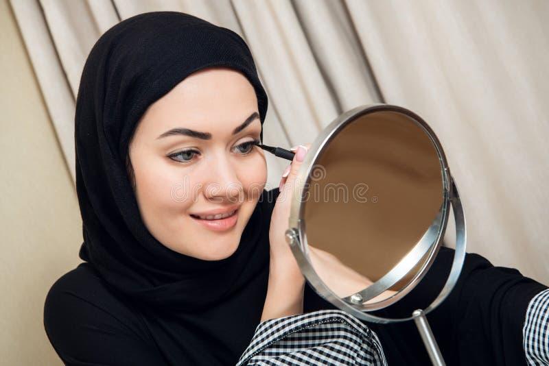 Портрет конца-вверх состава очаровательной мусульманской женщины нося смотрите на стоковые фото