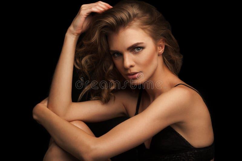 Портрет конца-вверх стиля моды красивой женщины стоковое фото rf