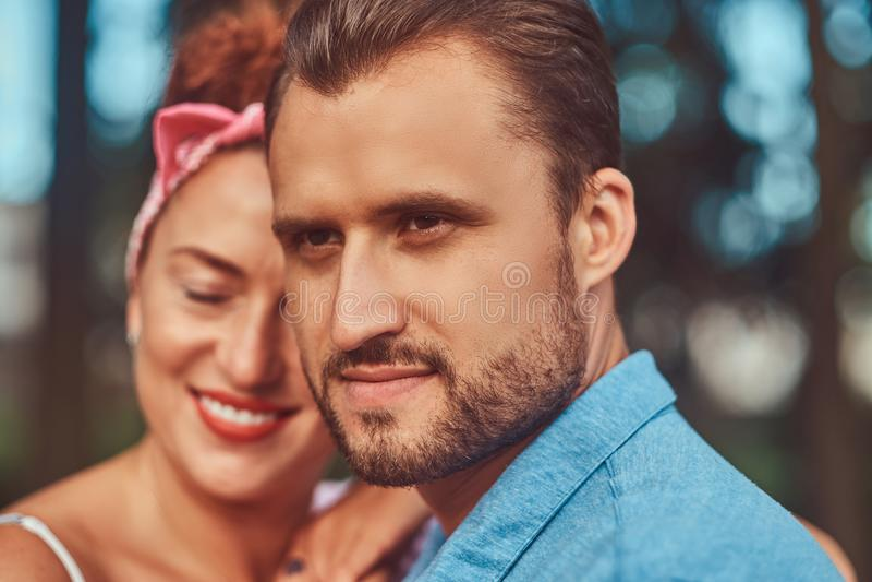 Портрет конца-вверх счастливой привлекательной пары, прижимаясь во время датировать outdoors в парке стоковое фото
