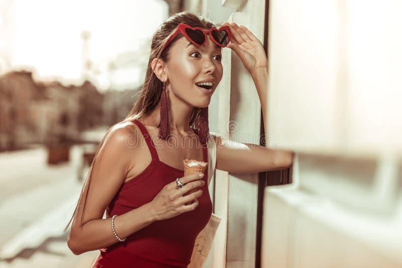 Портрет конца-вверх beguiling красоты поднимая ультрамодные красные eyeglasses стоковые фотографии rf