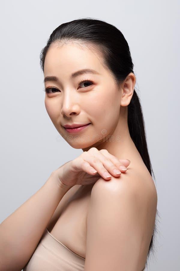 Портрет концепции кожи красивой молодой азиатской женщины чистой свежей обнаженной Азиатские skincare стороны красоты девушки и з стоковая фотография