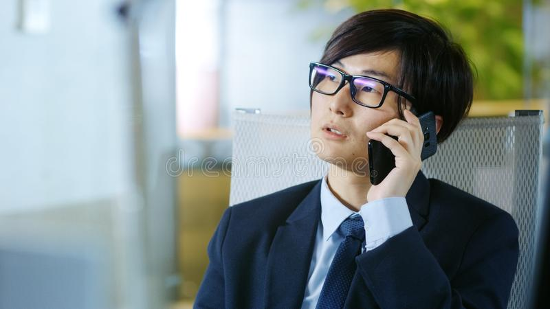 Портрет костюма японского бизнесмена нося и стекел, s стоковые фото