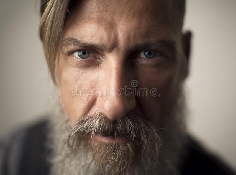 Портрет крайности близкий поднимающий вверх привлекательного бородатого человека стоковое фото