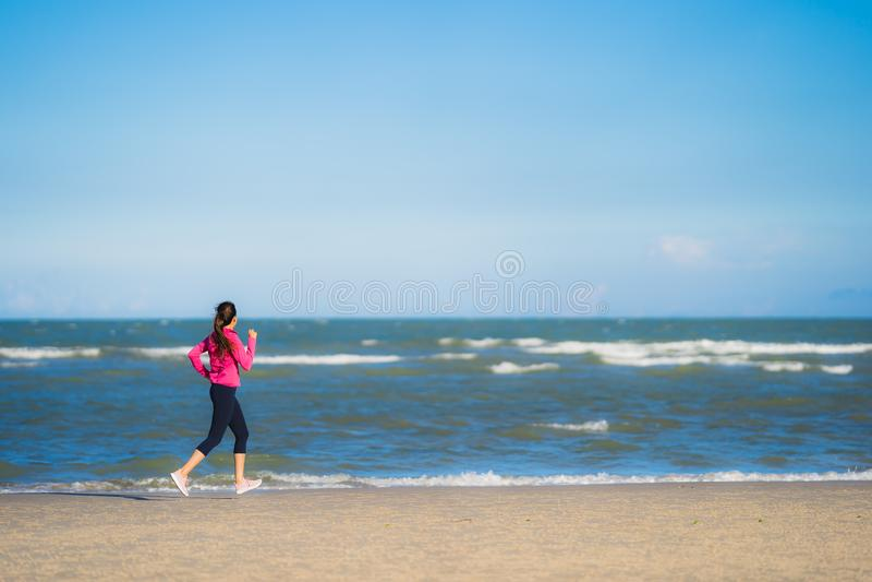 Портрет красивая молодая азиатка бежит и тренируется на тропическом Ð¾Ñ стоковое изображение