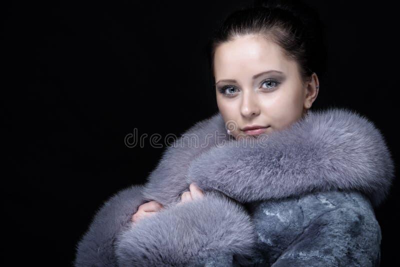 Женщина в роскошной меховой шыбе зимы стоковые изображения rf