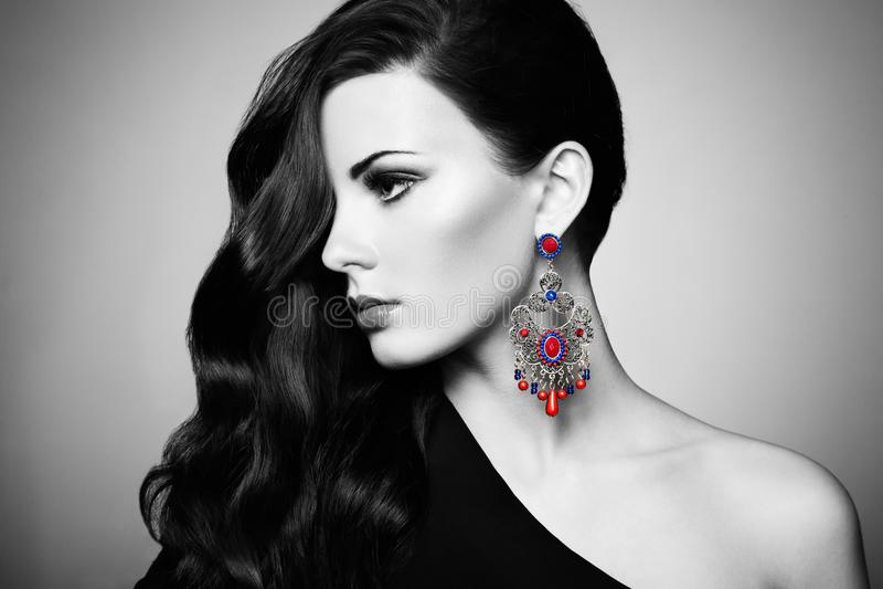 Портрет красивейшей женщины брюнет в черном платье стоковые изображения rf