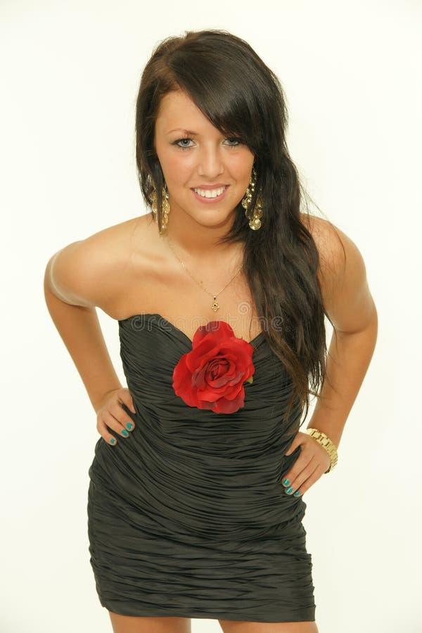 Портрет красивейшей женщины брюнет с красным цветом поднял стоковое изображение