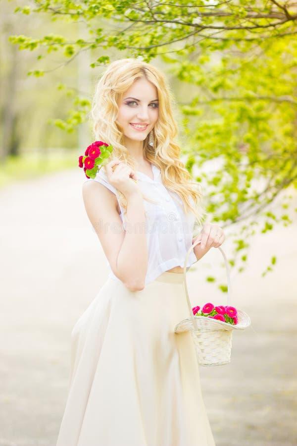 Портрет красивейшей молодой белокурой женщины стоковые изображения