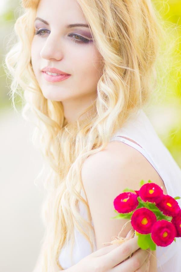 Портрет красивейшей молодой белокурой женщины стоковые фотографии rf