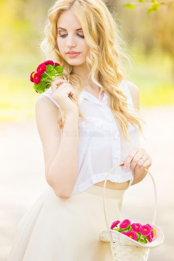 Портрет красивейшей молодой белокурой женщины стоковая фотография