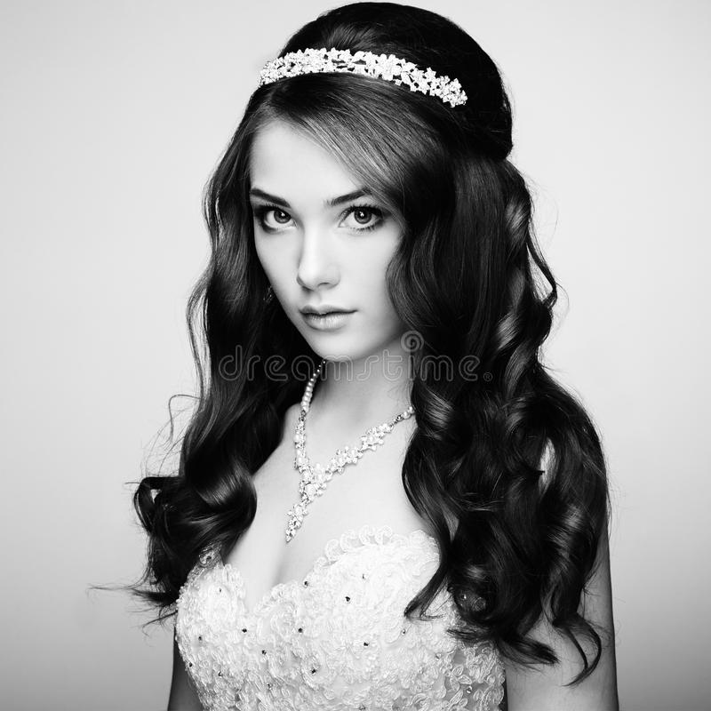 Портрет красивейшей чувственной женщины с шикарным стилем причёсок Wedd стоковые изображения rf