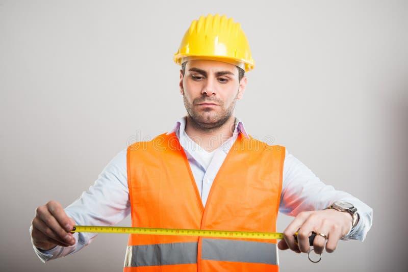 Портрет красивого архитектора держа измеряя крен стоковые фото