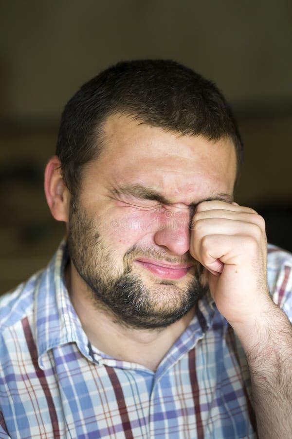 Портрет красивого бородатого атлетического photogenic утомленного молодого человека с коротким затиранием черных волос с кулаком  стоковые фотографии rf