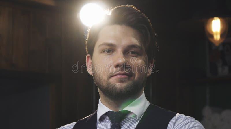 Портрет красивого бородатого профессионального парикмахера на парикмахерскае стоковая фотография rf