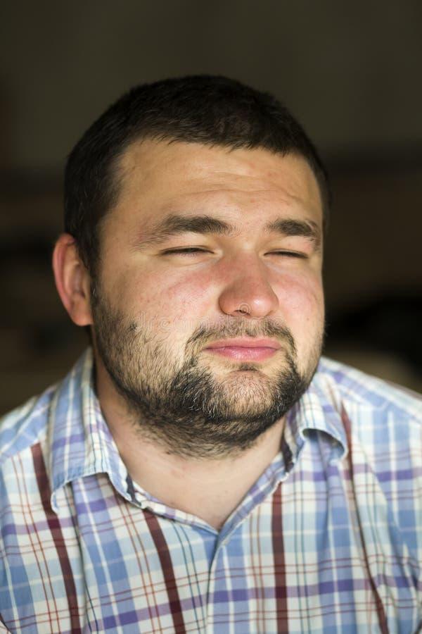 Портрет красивого бородатого уверенно умного современного photog стоковые фотографии rf