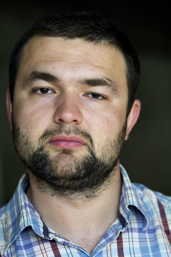 Портрет красивого бородатого уверенно умного современного photogenic молодого человека при короткая стрижка и добросердечные подб стоковое фото rf