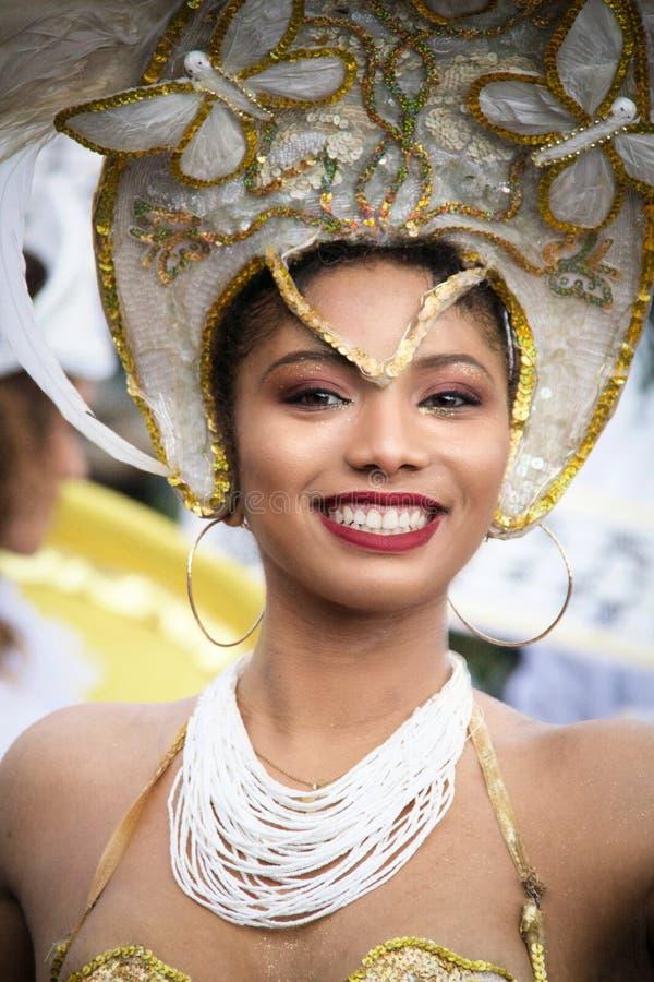 Портрет красивого бразильского танцора в золотом и белом co стоковая фотография rf