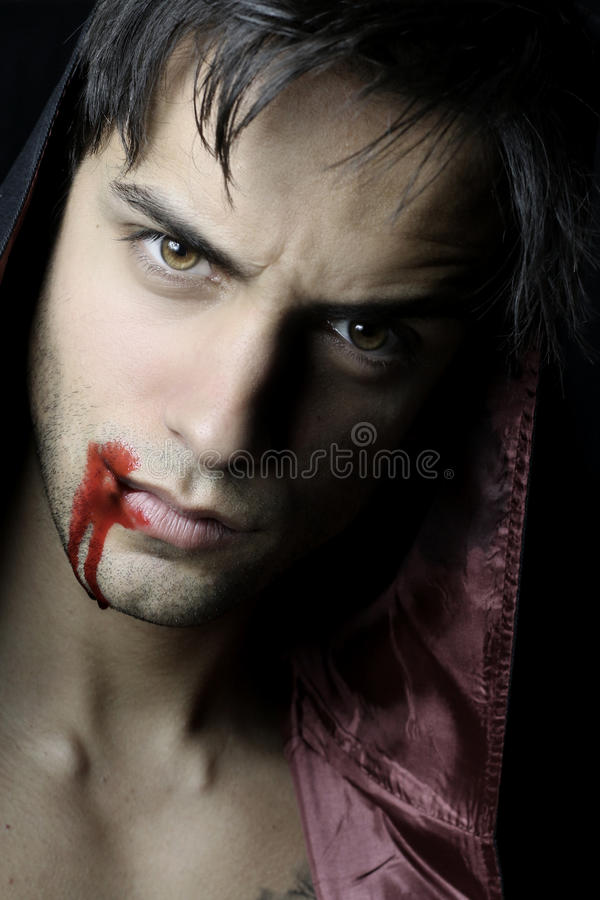Портрет красивого вампира с кровью стоковое изображение