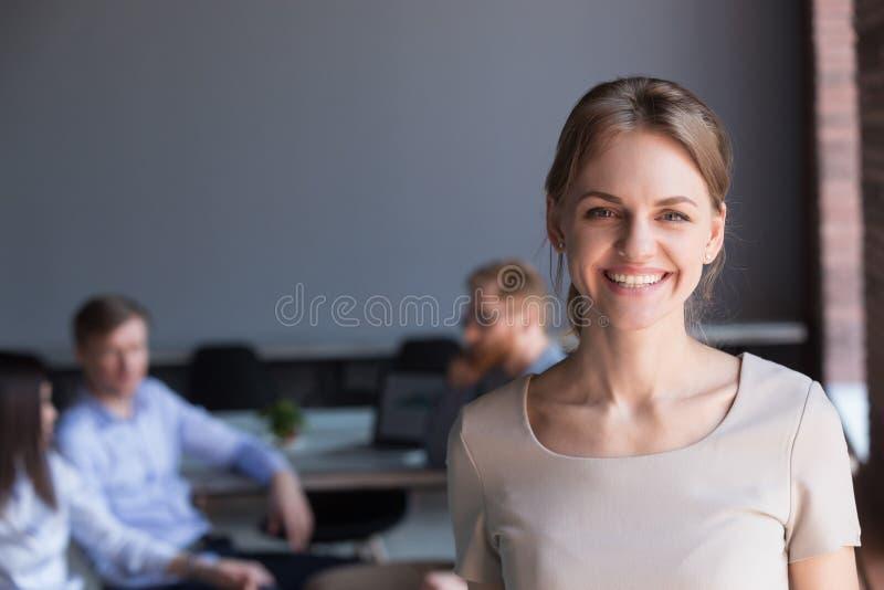 Портрет красивого женского работника смотря в камере во время mee стоковое фото