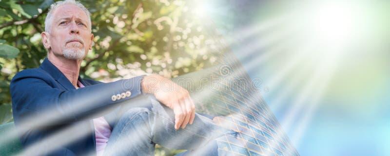 Портрет красивого зрелого человека, светового эффекта; множественная выдержка стоковое изображение