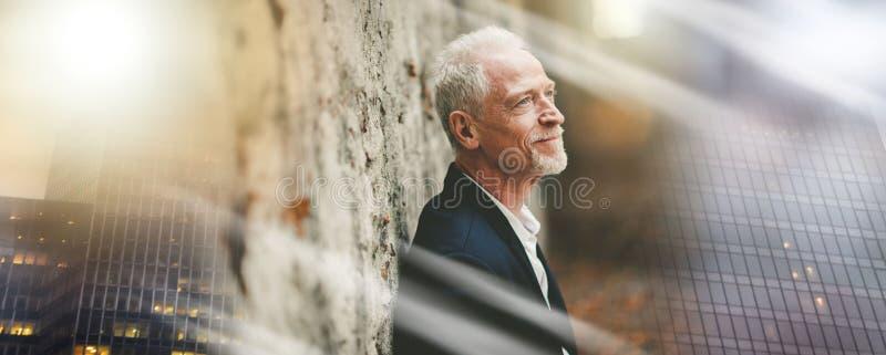 Портрет красивого зрелого человека, светового эффекта; множественная выдержка стоковая фотография