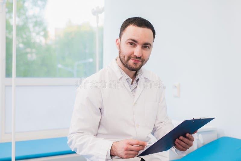 Портрет красивого зрелого доктора в офисе стоковая фотография rf