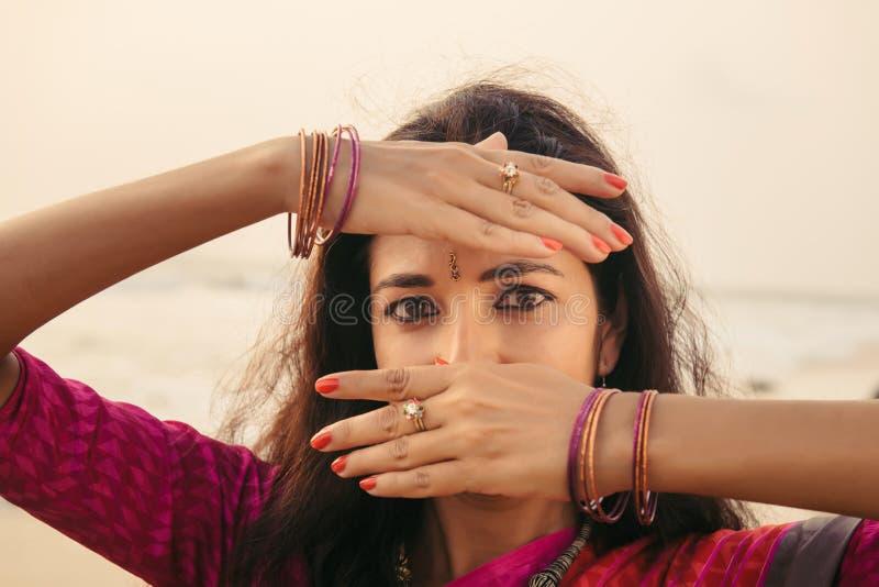 Портрет красивого индийского танцора женщины в традиционной одежде стоковые фотографии rf