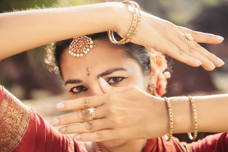 Портрет красивого индийского танцора женщины в традиционной одежде стоковое изображение