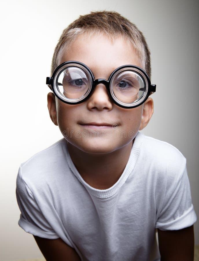 Портрет красивого мальчика на белизне стоковая фотография rf