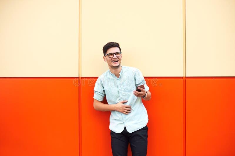 Портрет красивого молодого человека в случайном обмундировании испол стоковые изображения