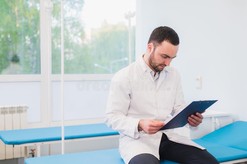 Портрет красивого молодого доктора в офисе стоковое изображение
