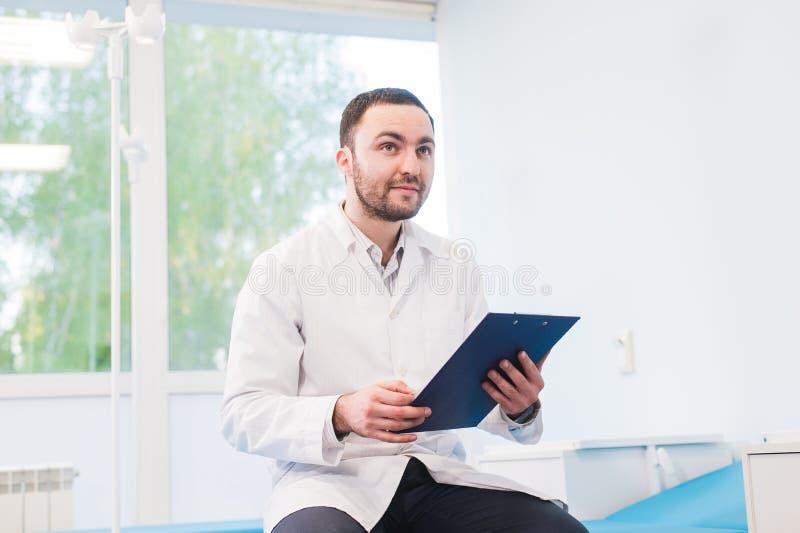 Портрет красивого молодого доктора в офисе стоковое фото