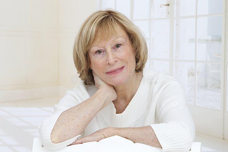 Портрет красивого ослабляет старшую женщину стоковое фото rf