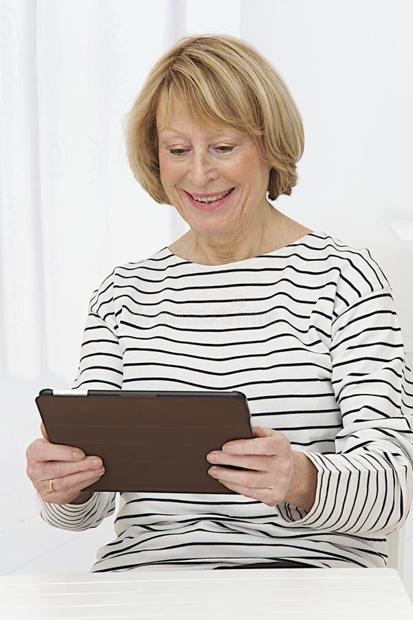 Портрет красивого ослабляет старшую женщину стоковая фотография rf