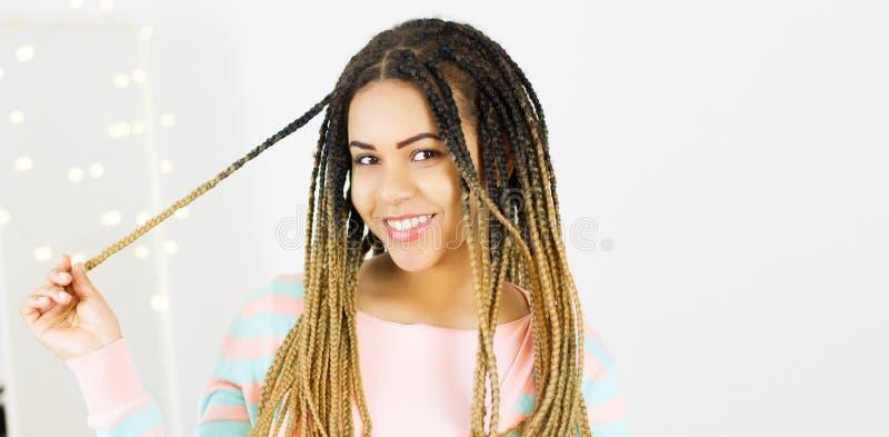 Портрет красивого положительного Афро-американского положения чернокожей женщины и закручивая космоса экземпляра волос стоковые фотографии rf