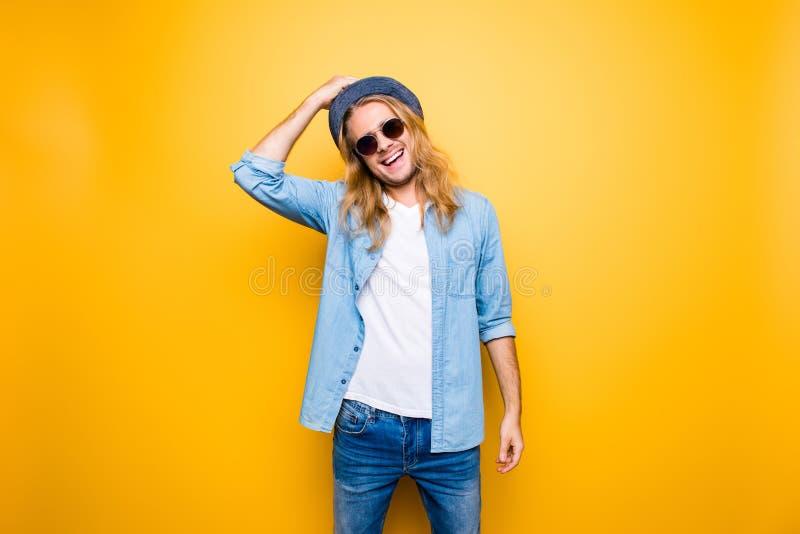 Портрет красивого, привлекательный, усмехающся, детеныши, положительный парень s стоковые фотографии rf