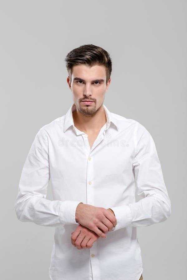 Портрет красивого привлекательного человека в белой рубашке стоковая фотография rf