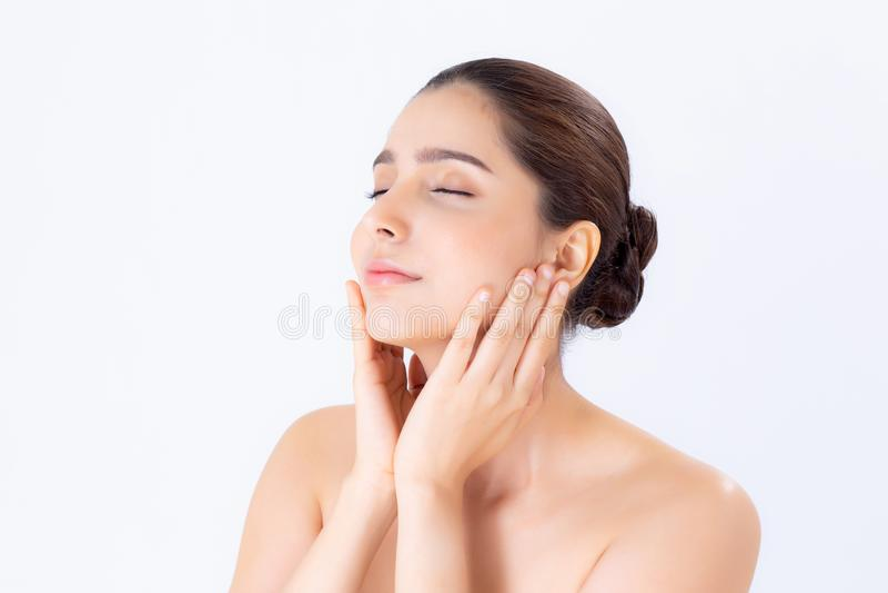 Портрет красивого состава женщины брюнет косметики, щеки касания руки девушки и улыбки привлекательных, стороны красоты совершенн стоковые изображения rf